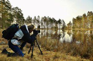 En man fotograferar natur
