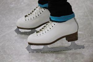 Ett par skridskor på isen