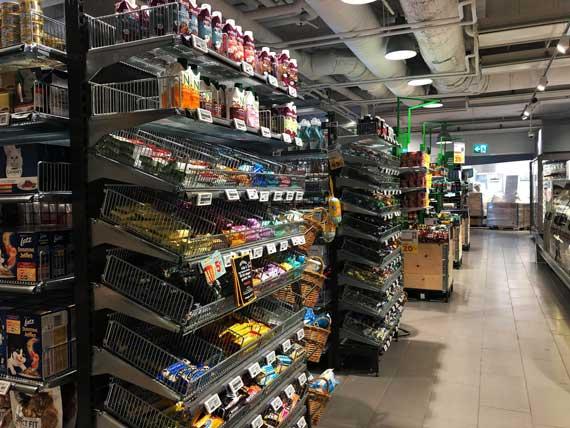 En bild på en hylla i en livsmedelsbutik. Livsmedelsbutiker drabbas värst av stölderna.