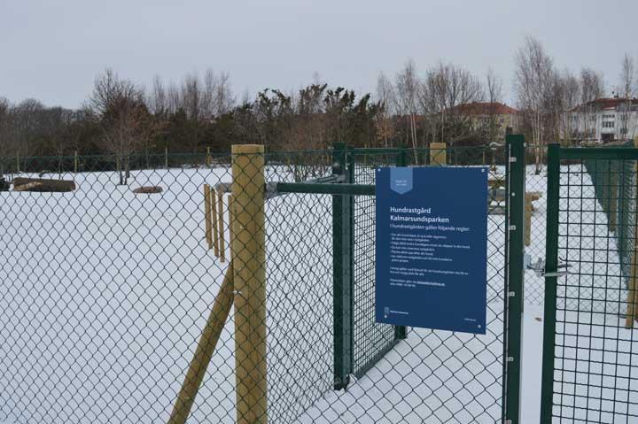 En bild utanför hundrastgården. Hundrastgården invigdes 2020 och är 3500 kvadratmeter stort.