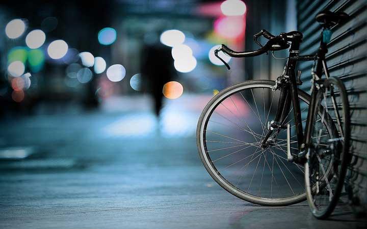 En bild på en cykel som står på gatan. I Kalmar får polisen nu cykelutbildning för att lära sig hur dem kan använda den i arbetet.