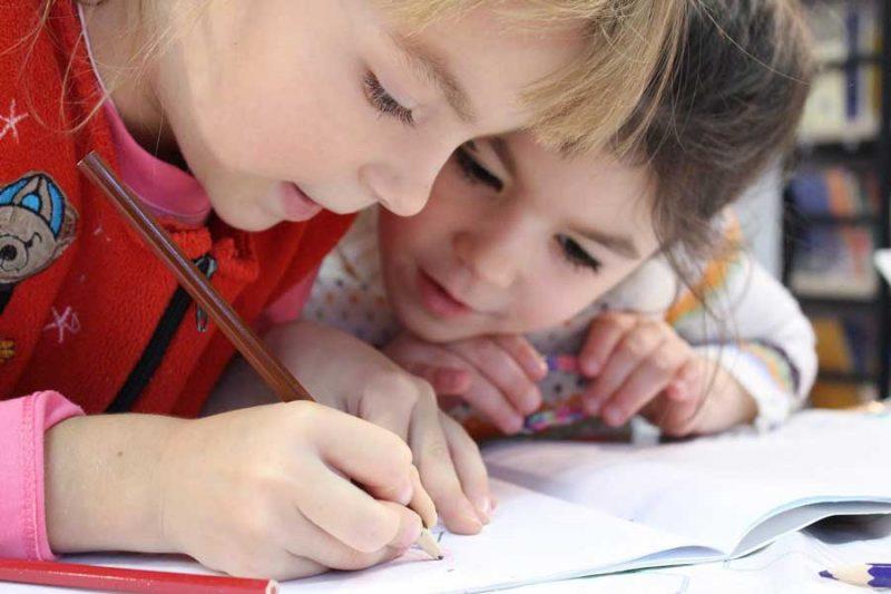 Barn på Gröndalskolan i Kalmar och förskolan Lindsberga i Lindsdahl tvingas stanna hemma efter bekräftade fall av corona i personalen.