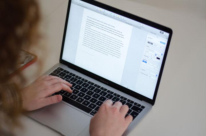 närbild när felicia skriver på datorn