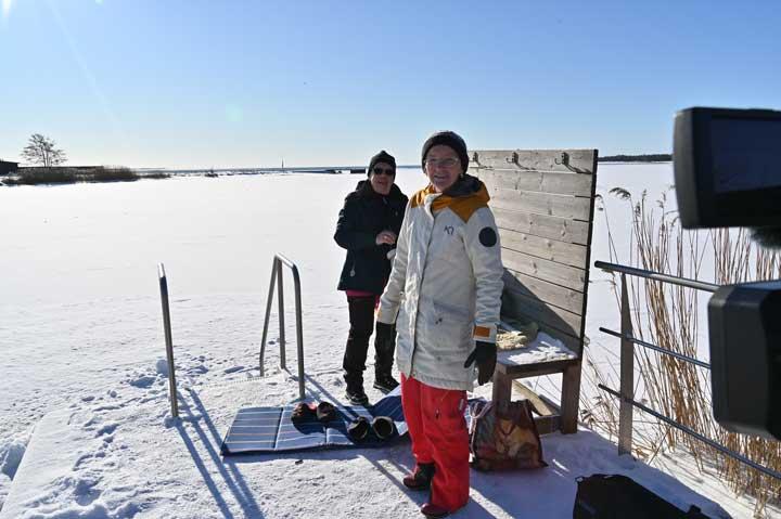 Två kvinnor står på en brygga med vinterkläder på.